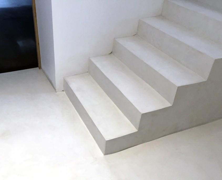 escalier recouvert de béton taloché blanc